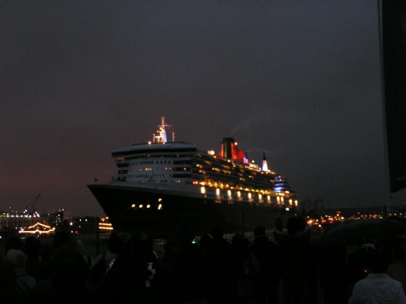 Nacht-Einlauf der Queen Mary 2