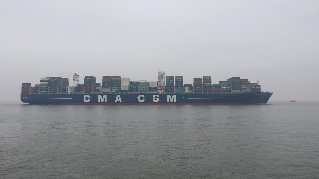 Containerschiffe ca. 400m lang