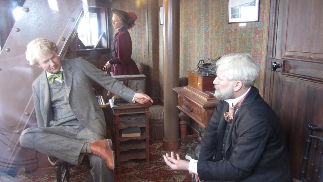 Edison, Eiffel und Tochter im nachgestellten Arbeitszimmer.