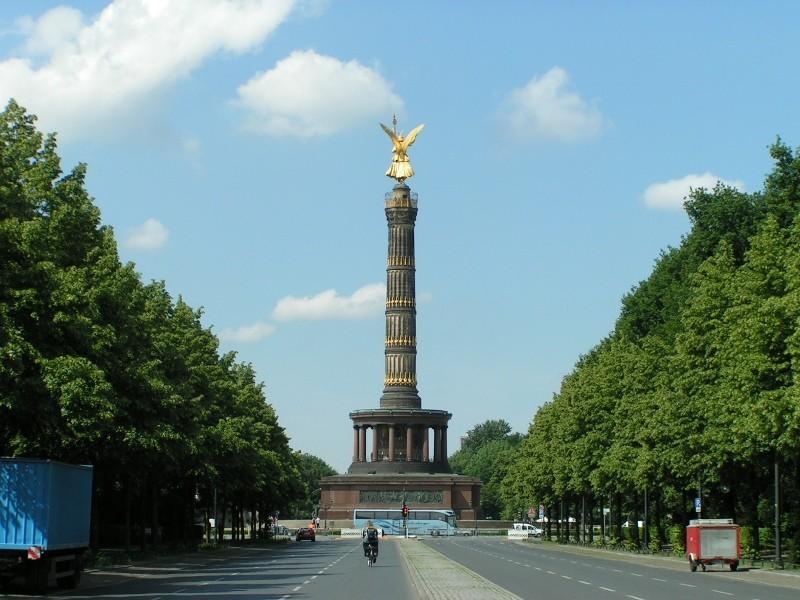 Die Siegessäule auf dem Großen Stern inmitten des Großen Tiergartens in Berlin