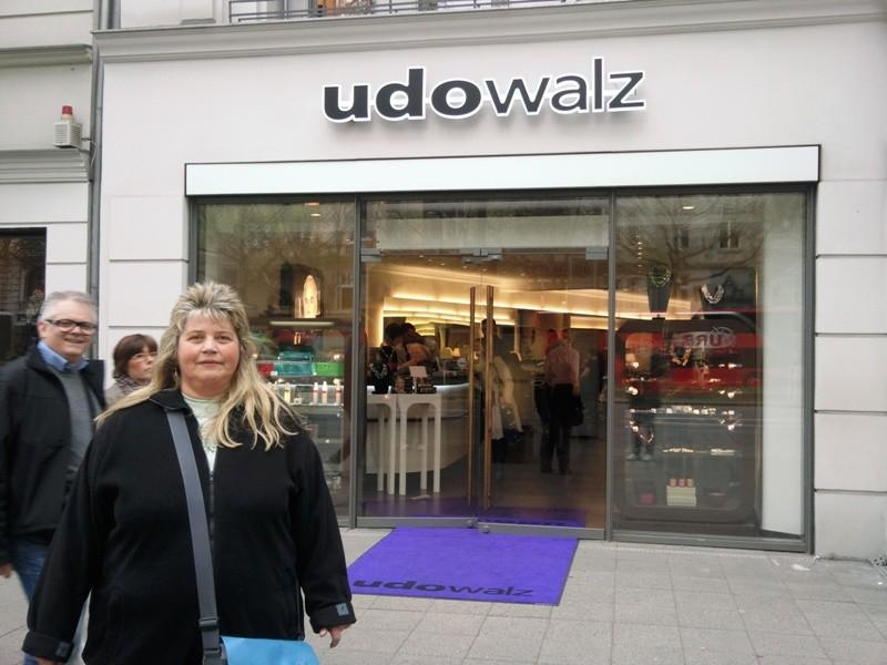 Heute ist Walz Inhaber von neun Friseursalons, von denen der erste 1985 am Kurfürstendamm eröffnet wurde.
