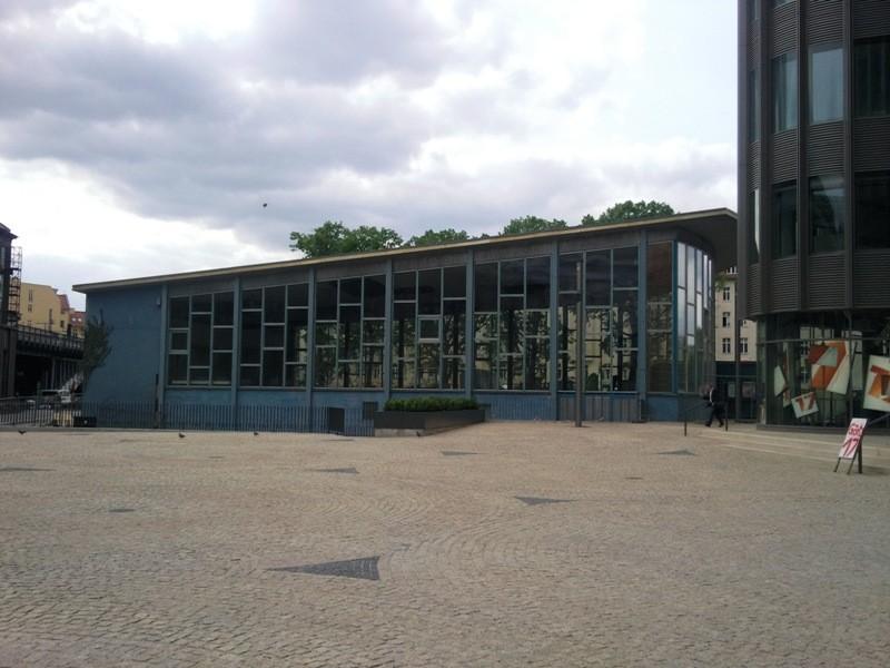 Der Tränenpalast, ist die umgangssprachliche Bezeichnung im Berliner Volksmund für die ehemalige Ausreisehalle der Grenzübergangsstelle Bahnhof Friedrichstraße in der zwischen 1961 und 1989 geteilten Stadt Berlin.
