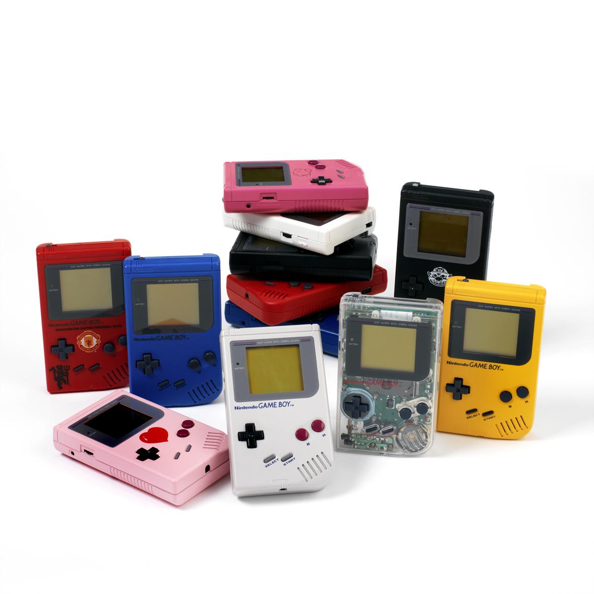Schon lange bevor andere Hersteller ihren Spiel-Konsolen visuelle Makeovers verpassten, vermarktete Nintendo seinen Game Boy in verschiedenen Farb- und Form-Varianten.