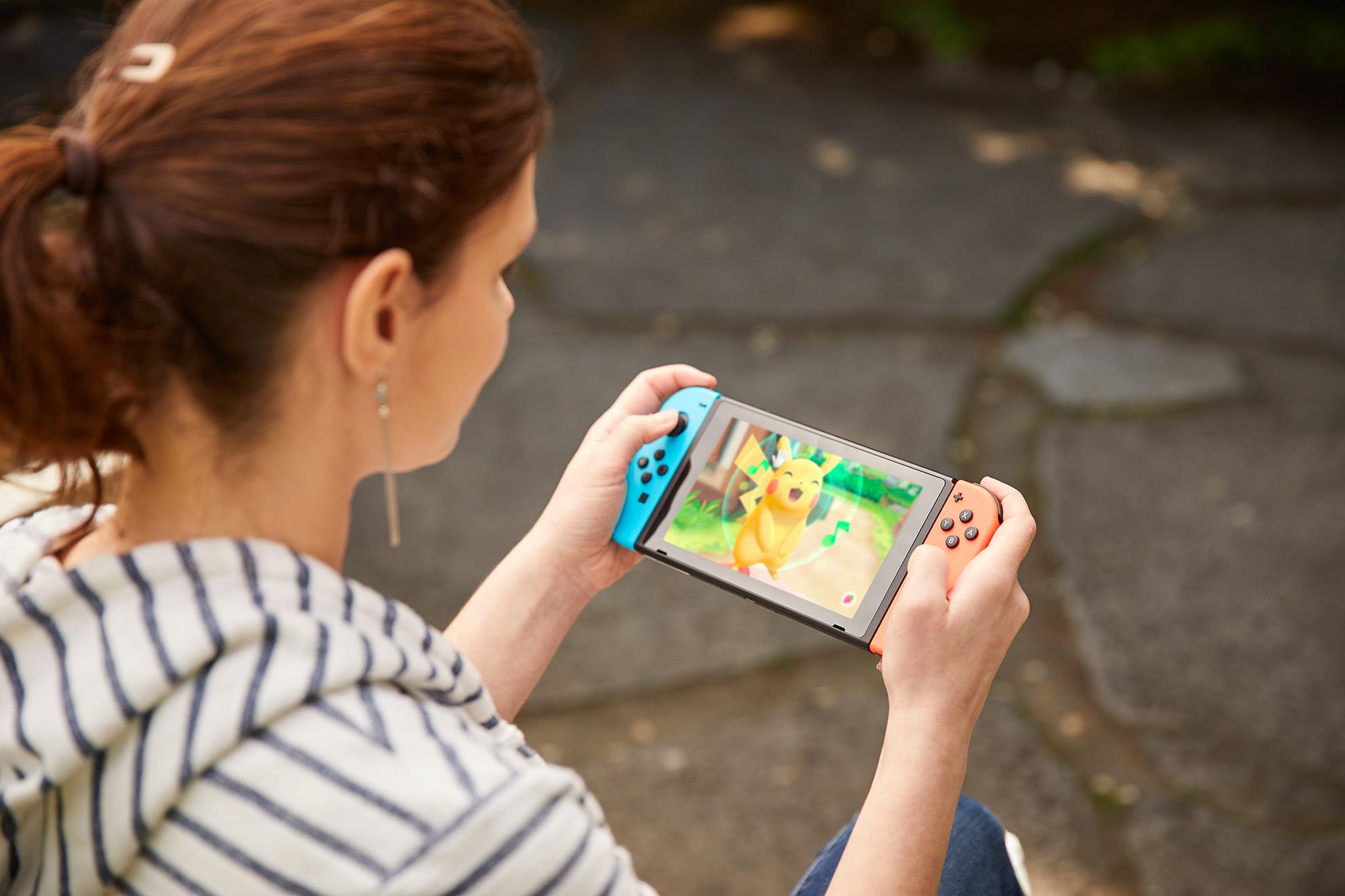 """Auf dem Handheld-Screen macht das neue """"Pokémon""""-Abenteuer die beste Figur, außerdem funktioniert das Einfangen der Monsterchen hier präziser und stressfreier."""
