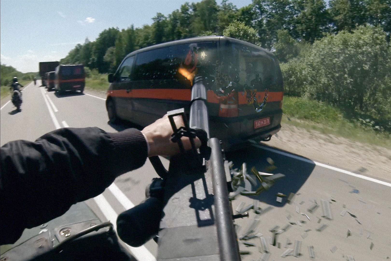 Darf natürlich nicht fehlen: Die obligatorische Verfolgungsjagd mit Dauerfeuer aus vorbeifahrenden Kleinbussen…