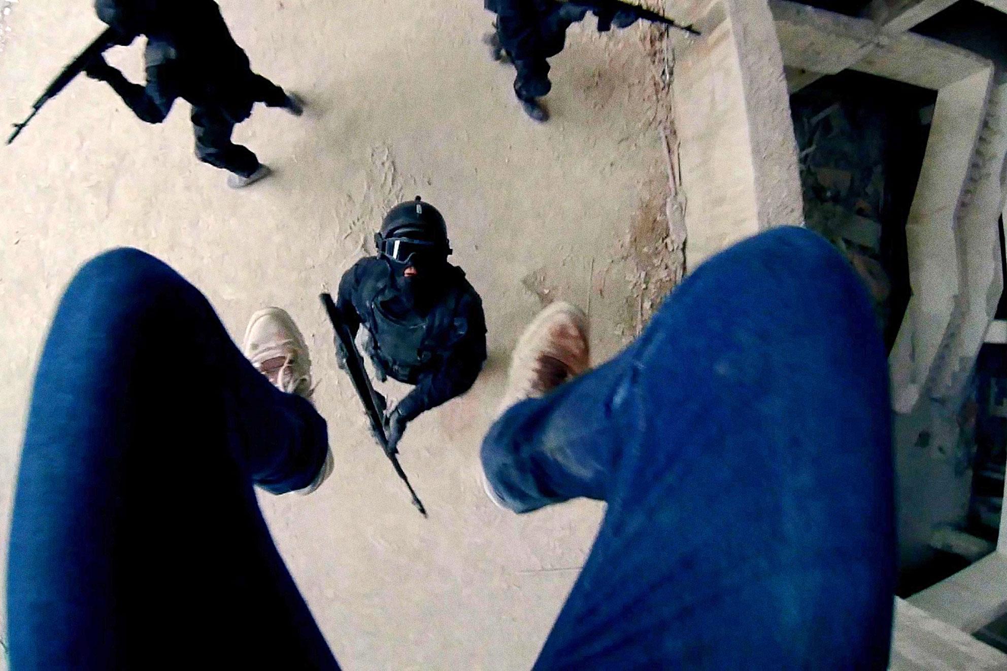 """…oder nach unten hat die Film-Crew ganze Arbeit geleistet: """"Hardcore"""" hält sich präzise ans optische Regelwerk interaktiver Ego-Schlachten."""