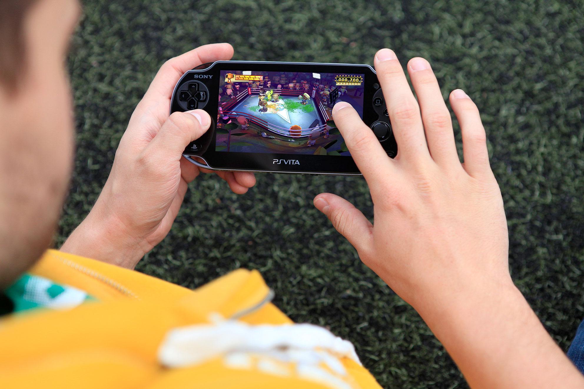 Die Eingabe-Optionen der Vita sind bis heute luxuriös: Neben zwei Analog-Sticks, Digi-Kreuz, dem üblichen Button-Block und zwei Schulter-Tastern hat die Vita einen Multi-Touchscreen sowie ein rückseitiges Touchpad.