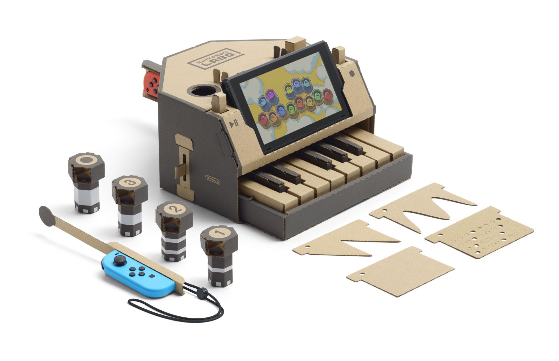 """Der Star des rund 70 Euro teuren """"Multi-Sets""""ist das Papp-Klavier: Über die Tastatur kann der Gamer Melodien nach- oder eigene Kompositionen einspielen. Mit Schaltern und Lochkarten verändert er Tonart sowie Rhythmus."""