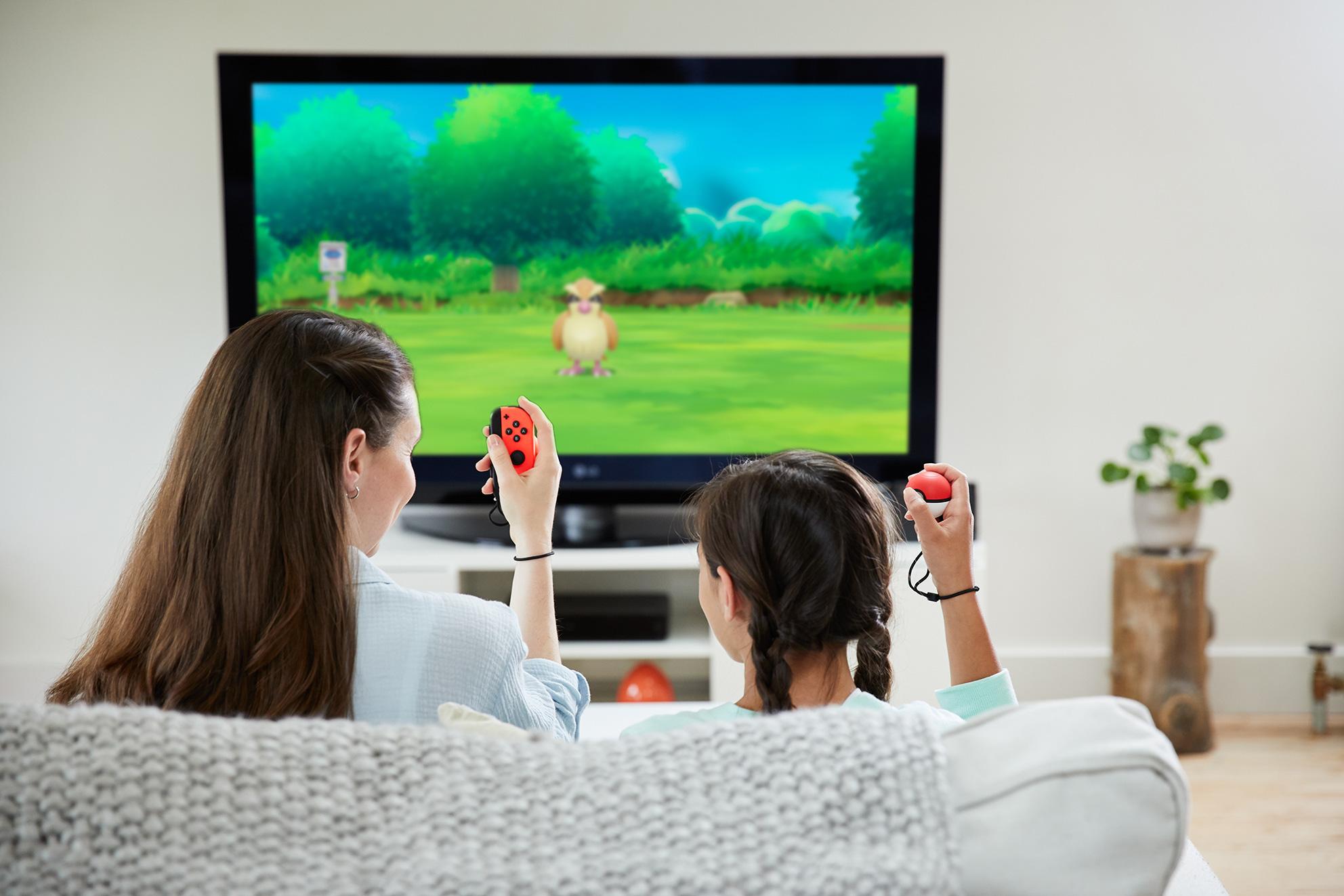 """Wer """"Let's Go, Evoli!"""" auf dem TV-Schirm genießen will, der begeht die """"Pokémon""""-Welt mithilfe eines Joy-Cons oder des separat erhältlichen """"Pokéball Plus""""-Controllers."""