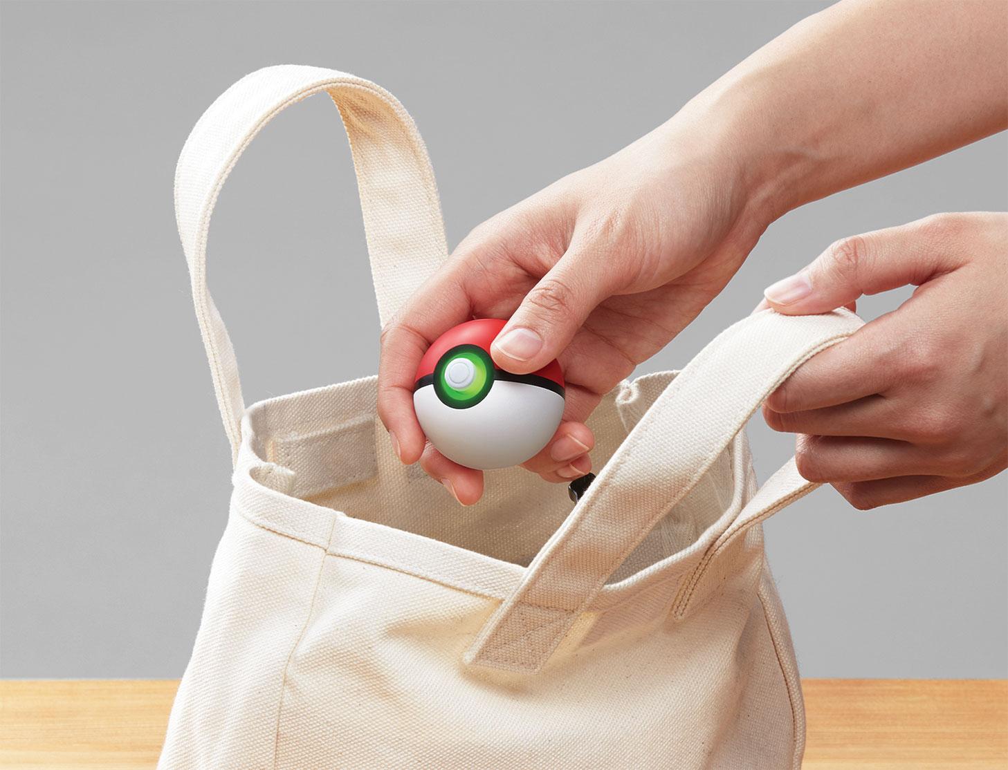"""Ideal für Monster-Häscher, die viel unterwegs sind: der neue """"Pokéball Plus"""" übernimmt die Funktionen des """"Pokémn Go Plus""""-Armbands, außerdem lassen sich mit seiner Hilfe die neuen Switch-Spiele bedienen."""