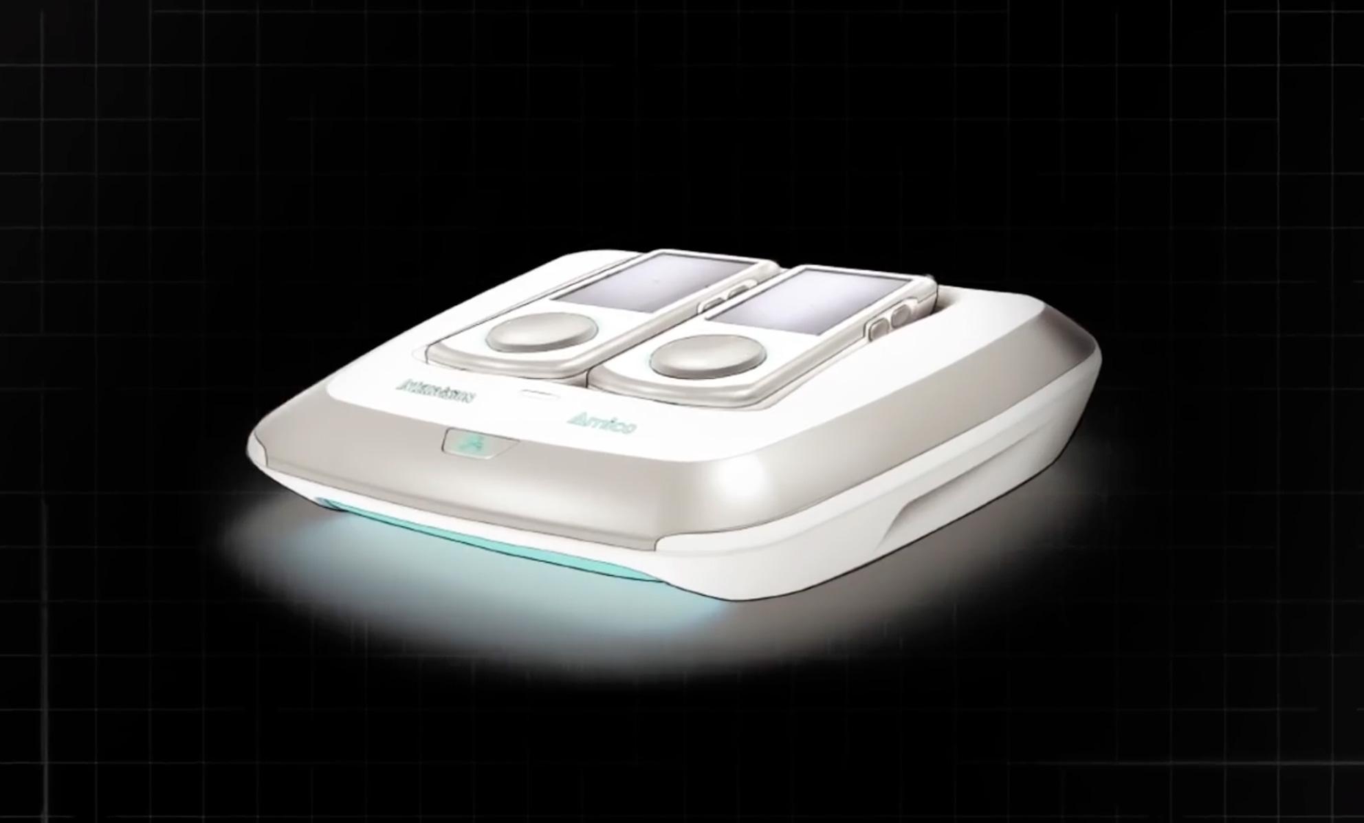 Zwei am System angedockte Controller, interaktives Lichterspiel und Wifi-Verbindung: Die Rückkehr des Intellivisions verbindet Videospiel-Moderne mit Gaming-Klassik.