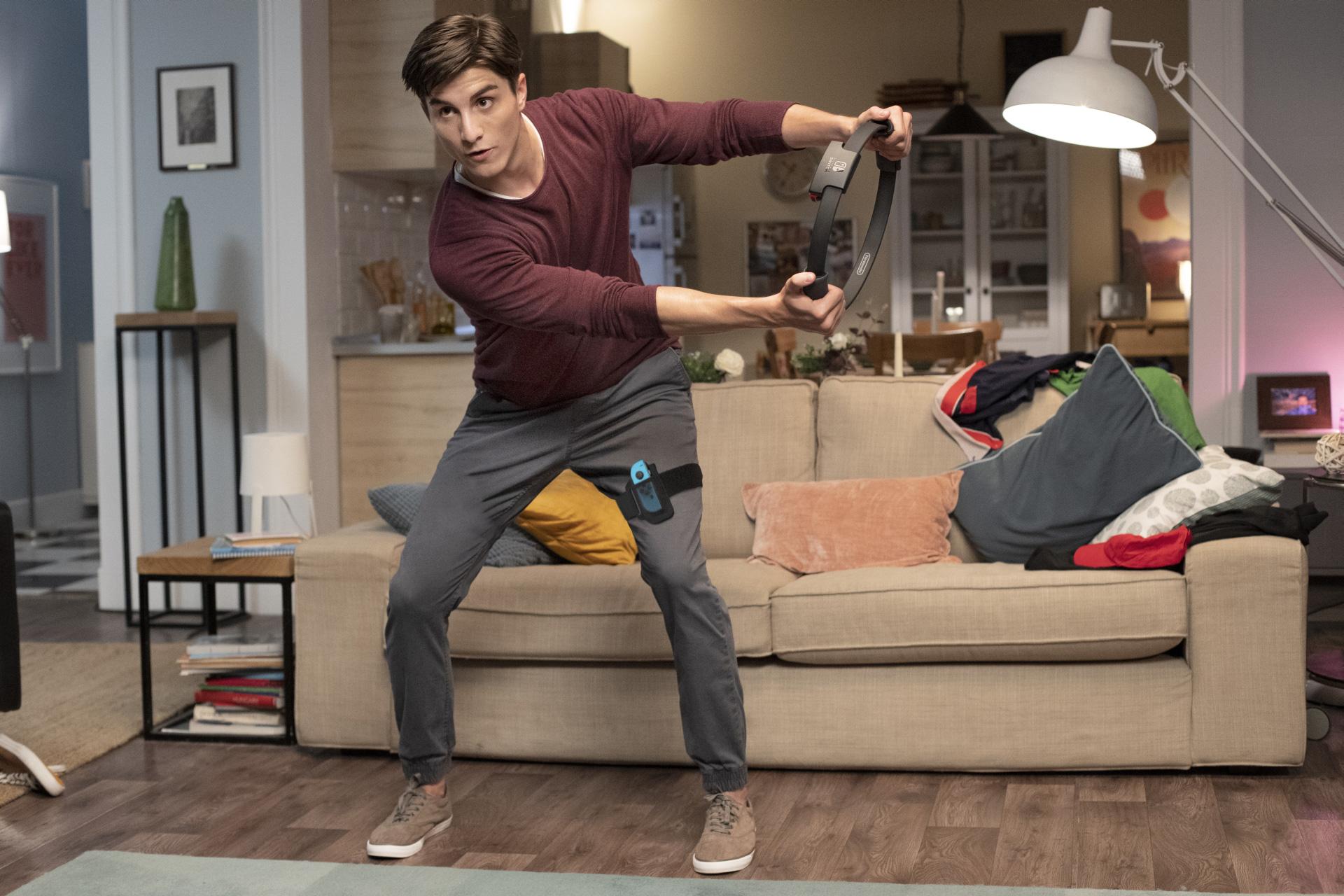 Die Zubehör-Kombi aus Ring und Beinschlaufe ist angenehm leicht. Allerdings sollte man genügend Platz vor dem Fernseher haben, um effektiv trainieren zu können.