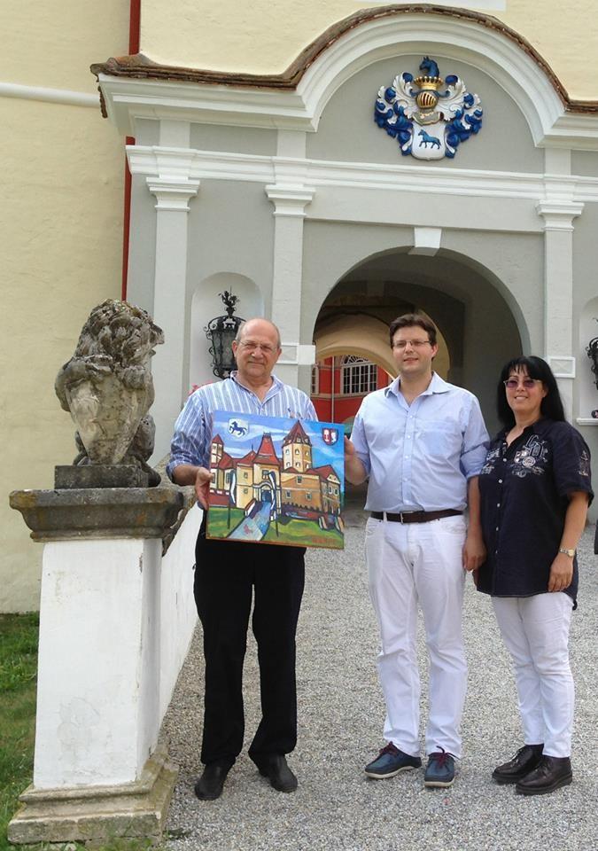 Matthias Laurenz Gräff überreicht als Ahne des Wolfgang gemeinsam mit seiner Georgia dem heutigen Besitzer von Schloss Kornberg, Herrn Andreas (Graf) Bardeau, ein Gemälde des Schlosses