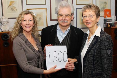 Die Dirigentin Patricia Kunze-Lippert (links) übergibt Annemarie und Dr. Peter Frodl von der Lost Voices Stiftung die Spende in Höhe von 1500 Euro / Foto:  Ralf Hettler