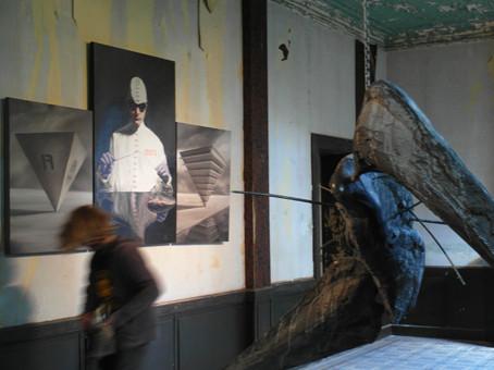 Pieter Janssens 'Q1' / sculptuur (voorgrond) / en Rudy De Bruyn 'De reanimator' schilderij