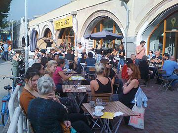 Zonnig weekend tijdens 'Route du Nord' / terras bij locatie Station Hofmanplein