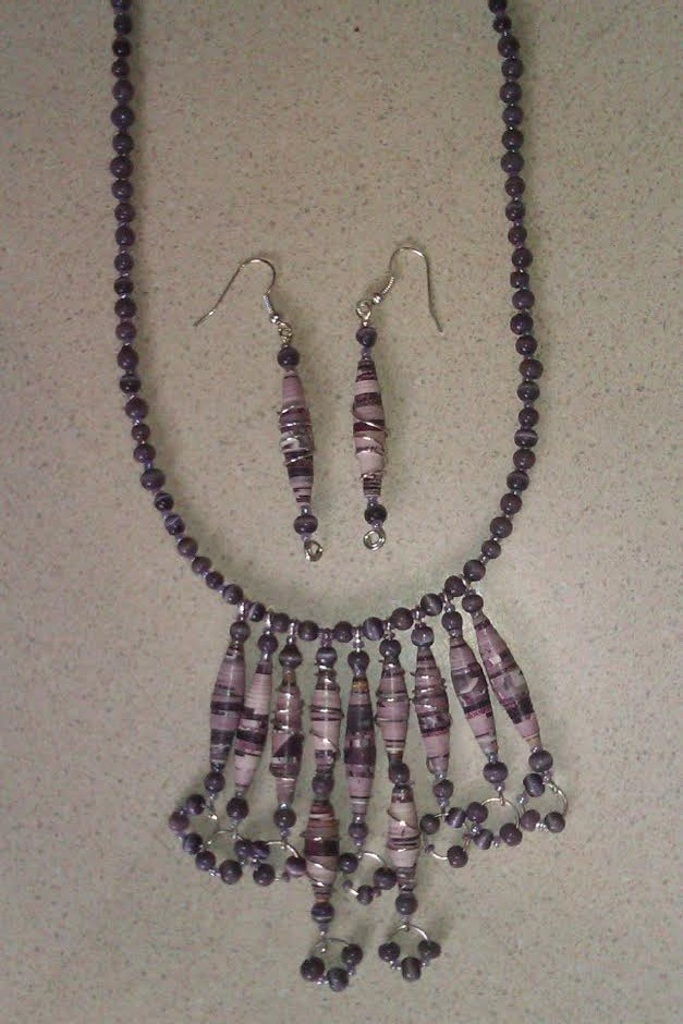 Juego de Collar y aretes de papel y cuentas en color lila
