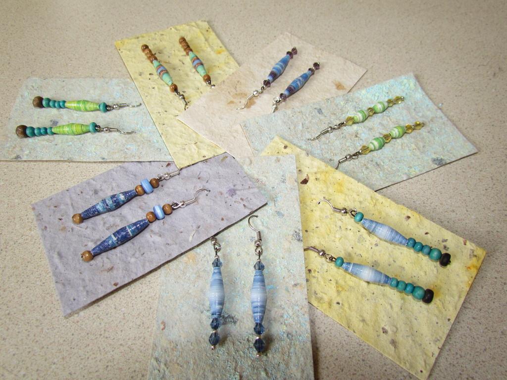 Variedad de diseños de aretes de papel con cuentas de cristal, madera, etc.