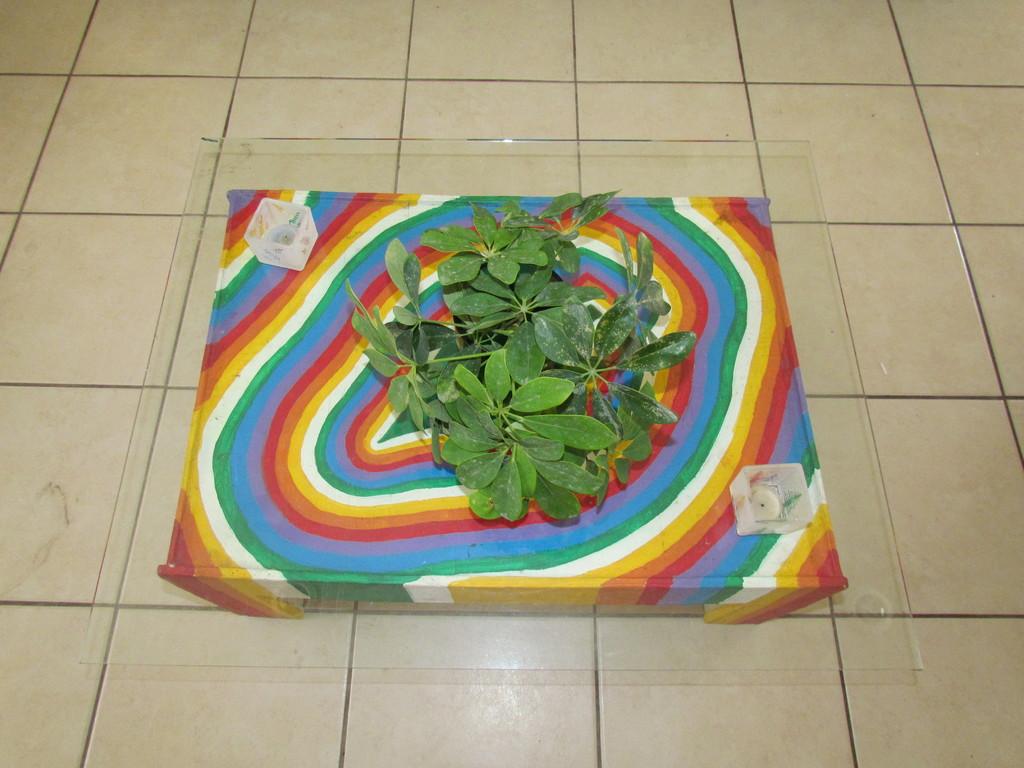Mesa de cartón pintado con cubierta de vidrio