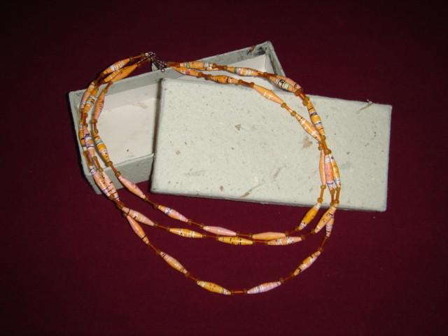 Collar de 3 hilos con cuentas de papel y plástico