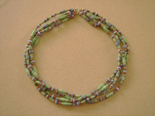 Collar de papel en 3 hilos en verde