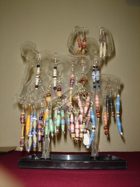 Variedad de aretes de papael con plástico, madera y alpaca
