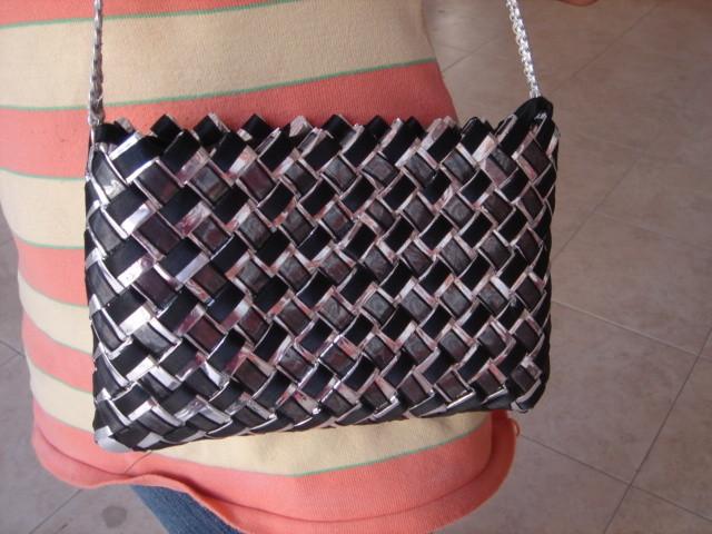 Bolsa con envolturas metálicas y listón