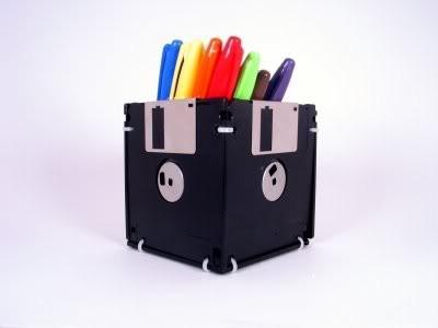 Portalápices o mini-macetas reutilizando antiguos disquets