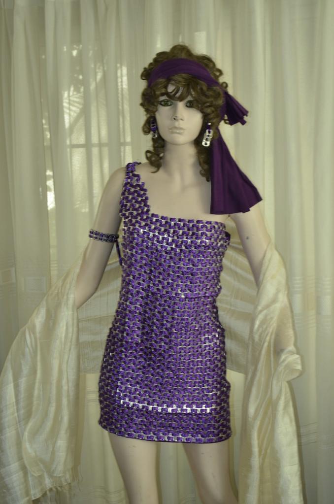 Mini Vestido tejido con 4900 broches de latas de aluminio y listones