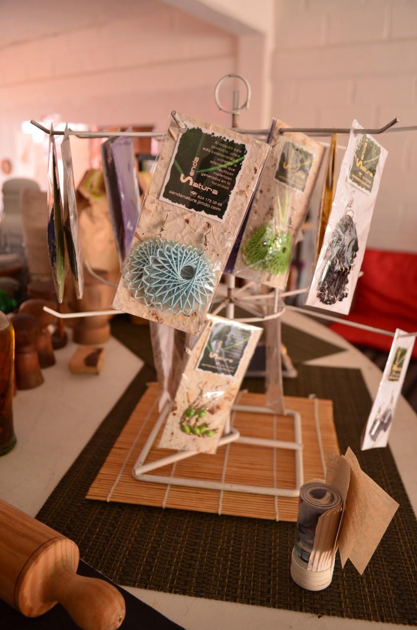 Variedad de diseños de aretes de papel, Pet, Aluminio y Cartón con cuentas de cristal, madera, etc.