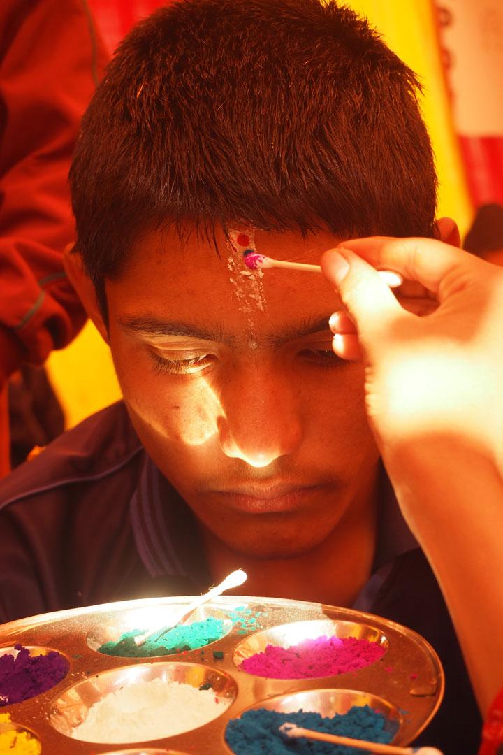 Himal erhält das für Tihar typische siebenfarbige Tika
