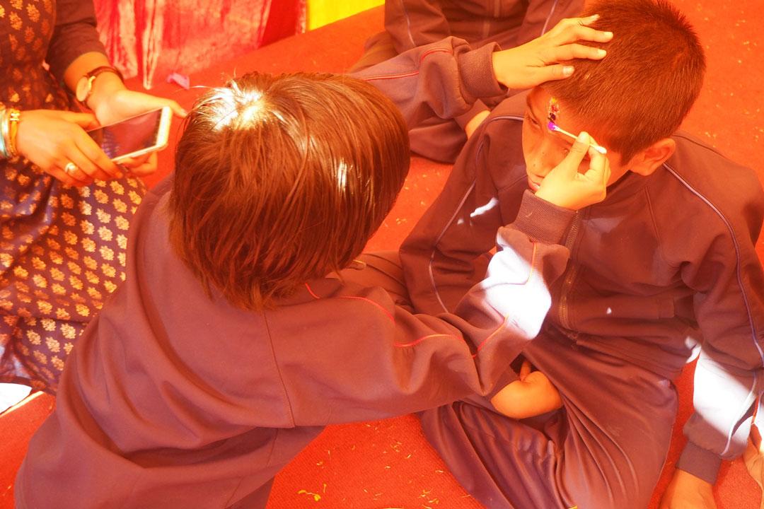 Smirti spendet ihrem Bruder Ismit ein Tika.