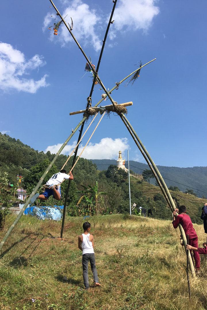 Dashain Schaukel: In der Vorstellung der Nepalesen verfliegen durch das Abheben vom Boden alle schlechten Gefühle.