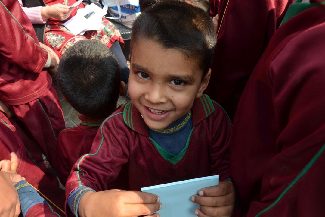 Niraj freut sich über seinen Brief.