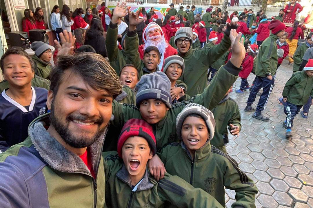 Unser Hausleiter Anish mit einigen der Jungs