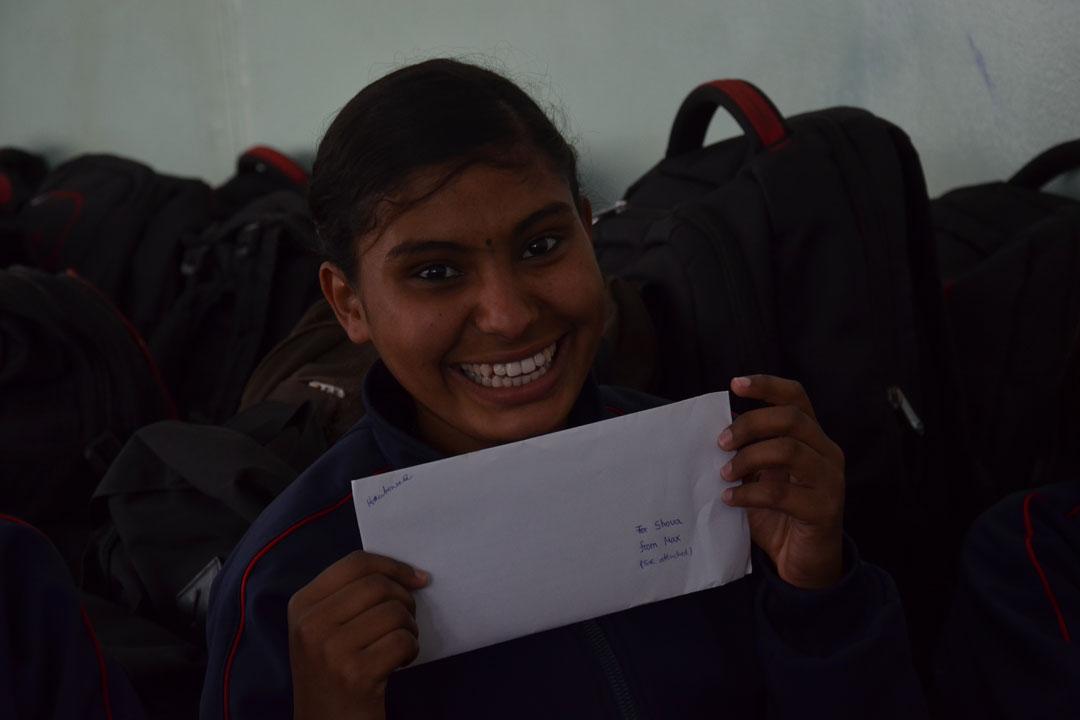 Shova strahlt mit ihrem Brief.