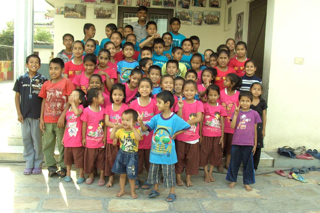 Kinder im Gangabo Haus 2013 mit Hausleiter Navraj