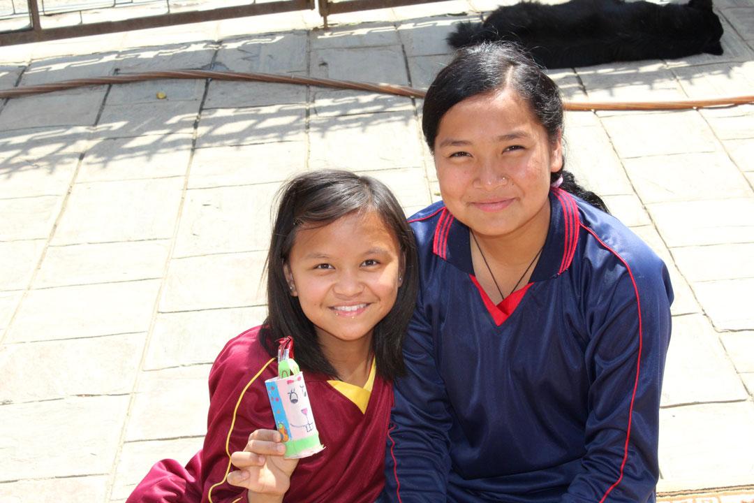 Arati und Samjhana freuen sich über ihr Ostergeschenk.