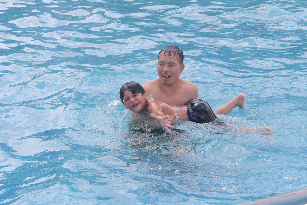 Niruta macht mit Tilaks Hilfe erste Schwimmversuche