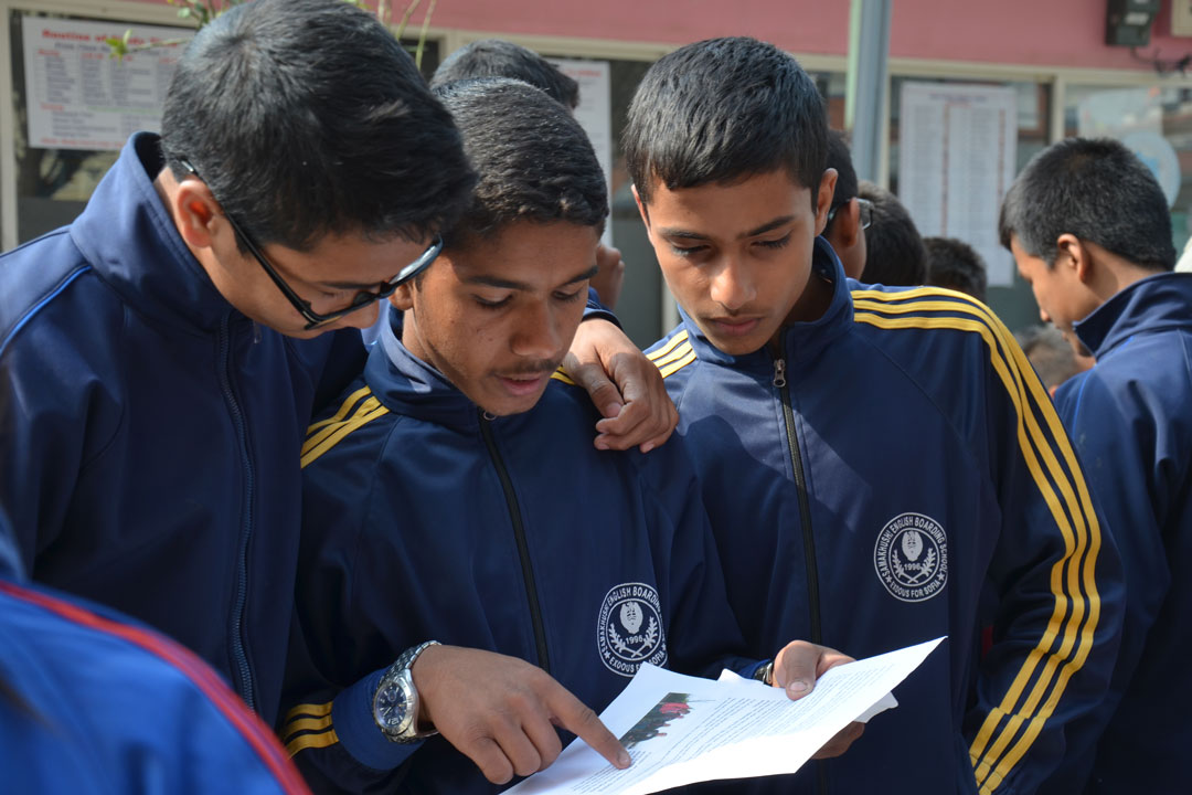 J.P., Prakash, und-Niraj lesen zusammen ihre Briefe aus Deutschland.