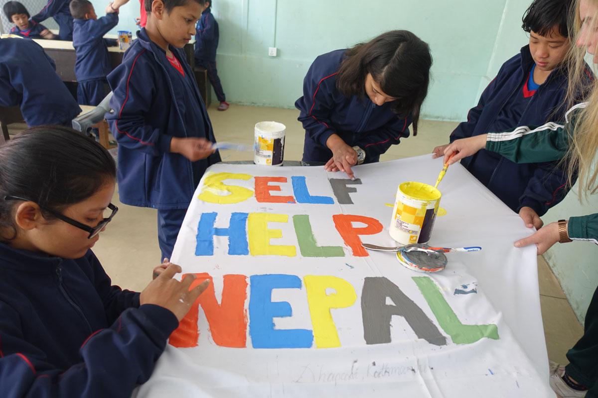 Malika, Sandesh, Pooja, Alisha und Laura Aunty malen eine Self-Help Nepal Fahne