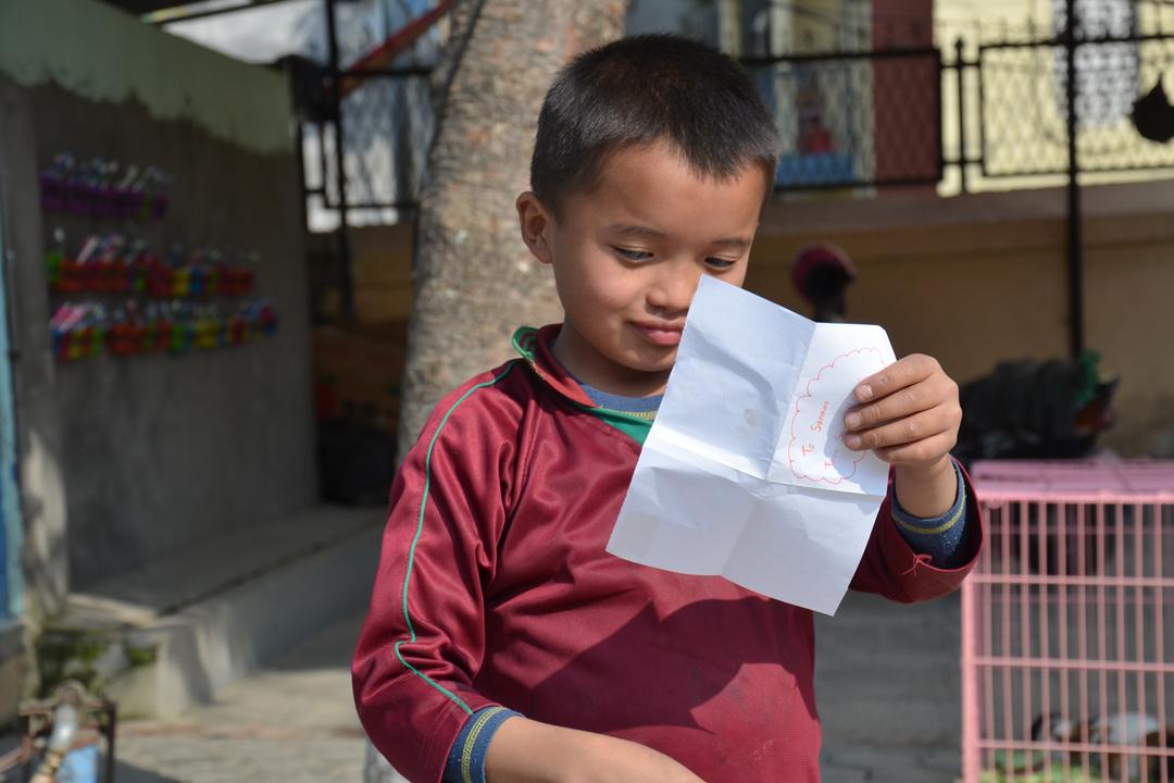 Sonum liest vertieft seinem Brief.