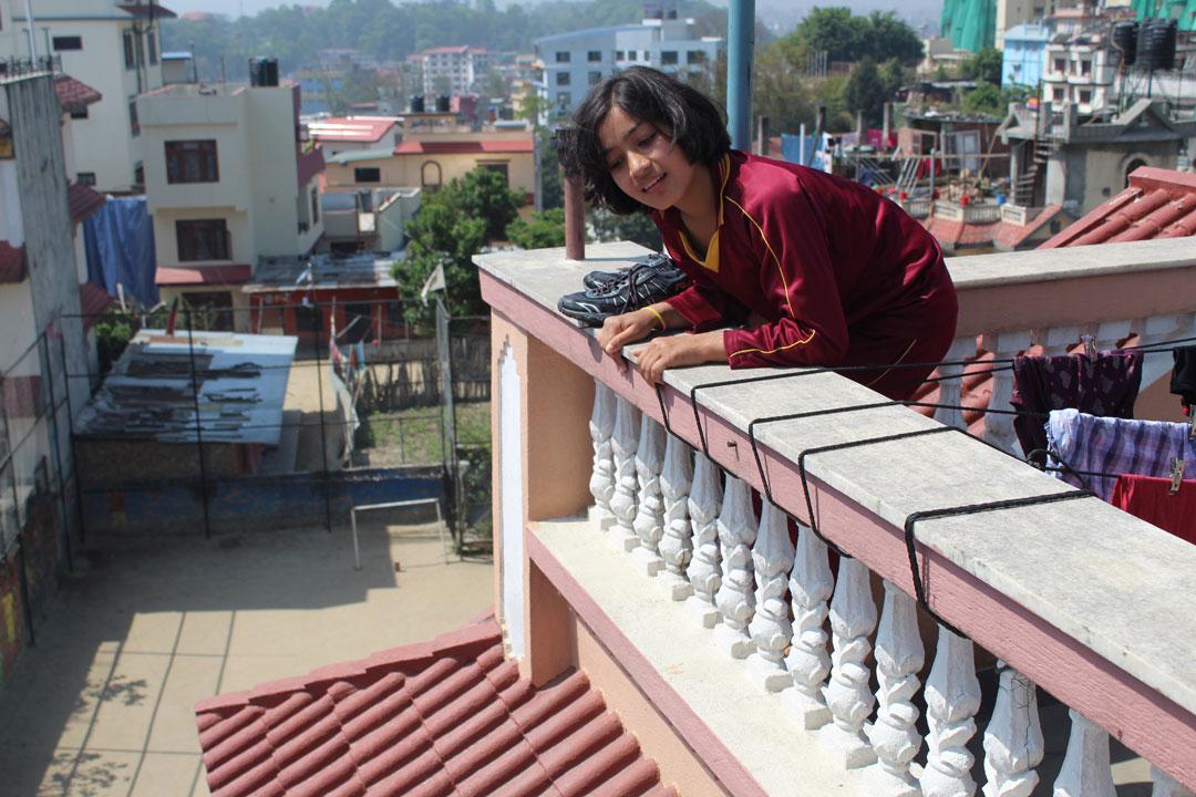 Menuka, versucht vom Dach ihr Osterkörbchen zu erspähen.