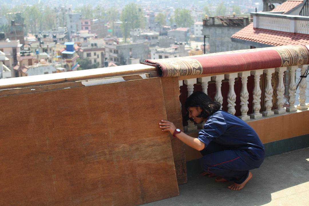 Pooja überprüft ein mögliches Versteck.