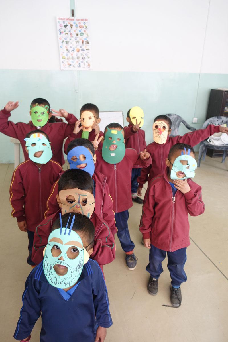und noch viel mehr Masken, die in den Workshops entstanden.
