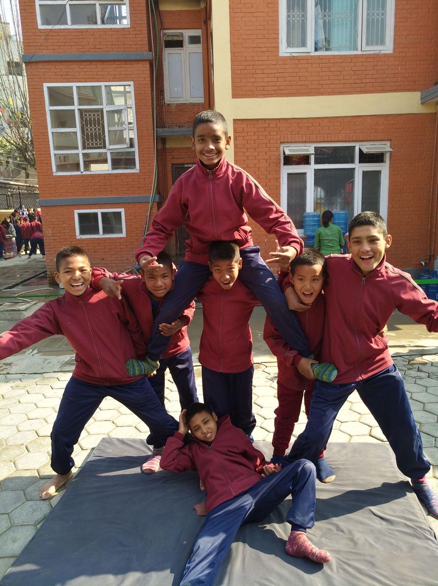 fleißig beim trainieren im Akrobatik Workshop.