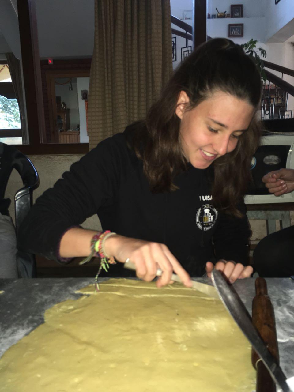 Luisa beim zuschneiden der Kekse