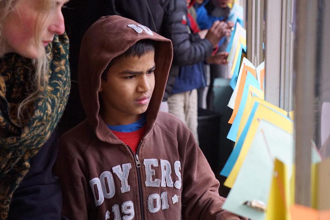 Lalit auf der Suche nach seinem Brief.