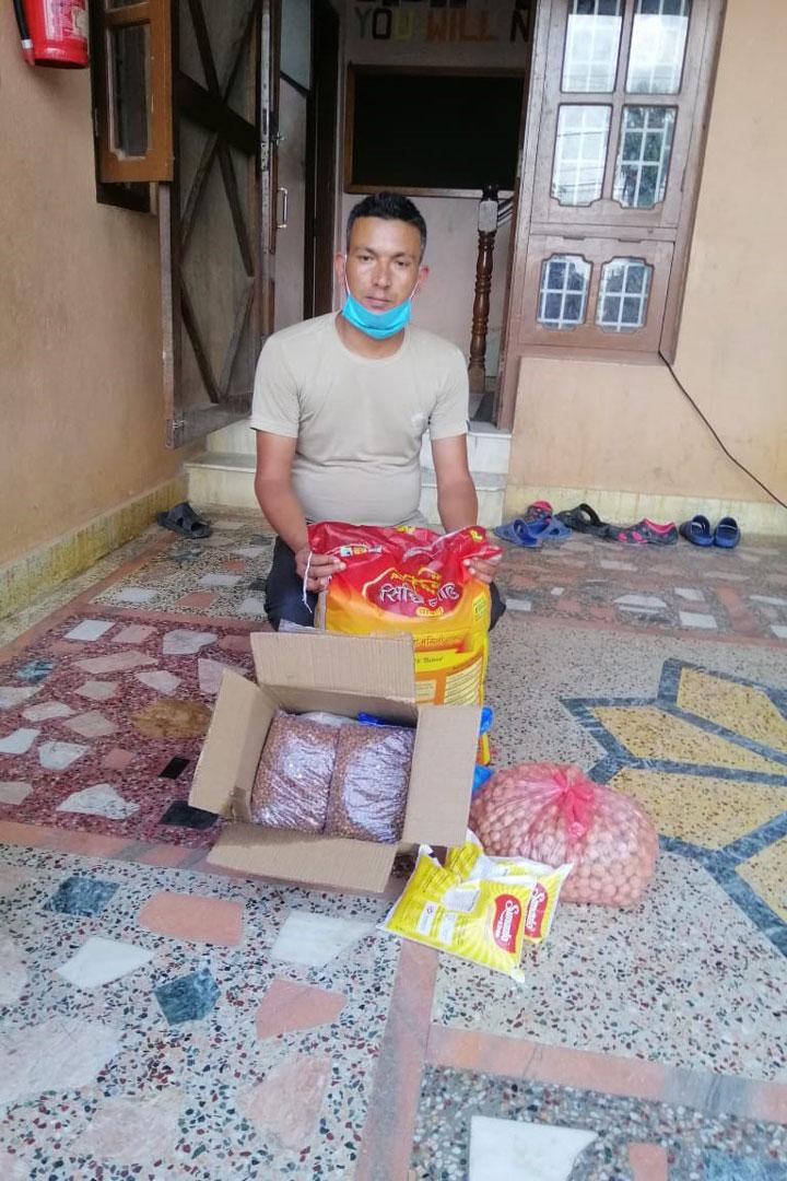Mann mit Lebensmittelpaket, welches er bei uns im alten Haus in Kathmandu abgeholt hat.