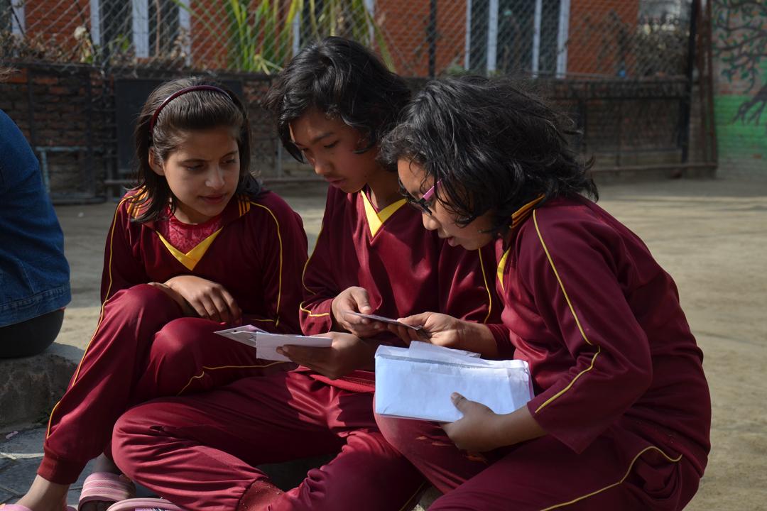 Rashila, Bhawana und Pasang lesen ihre Briefe. Beschäftigung für die nächste Stunde ist also gesichert.